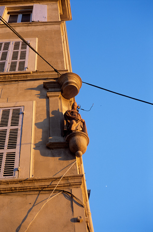 http://www.compagniegagarine.com/portfolio/photo/heritage/images/France_Marseille_Quartier_Le_Panier_rue_du_Four_du_Chapitre_20_06_2008_007_Christophe_Ketels.jpg